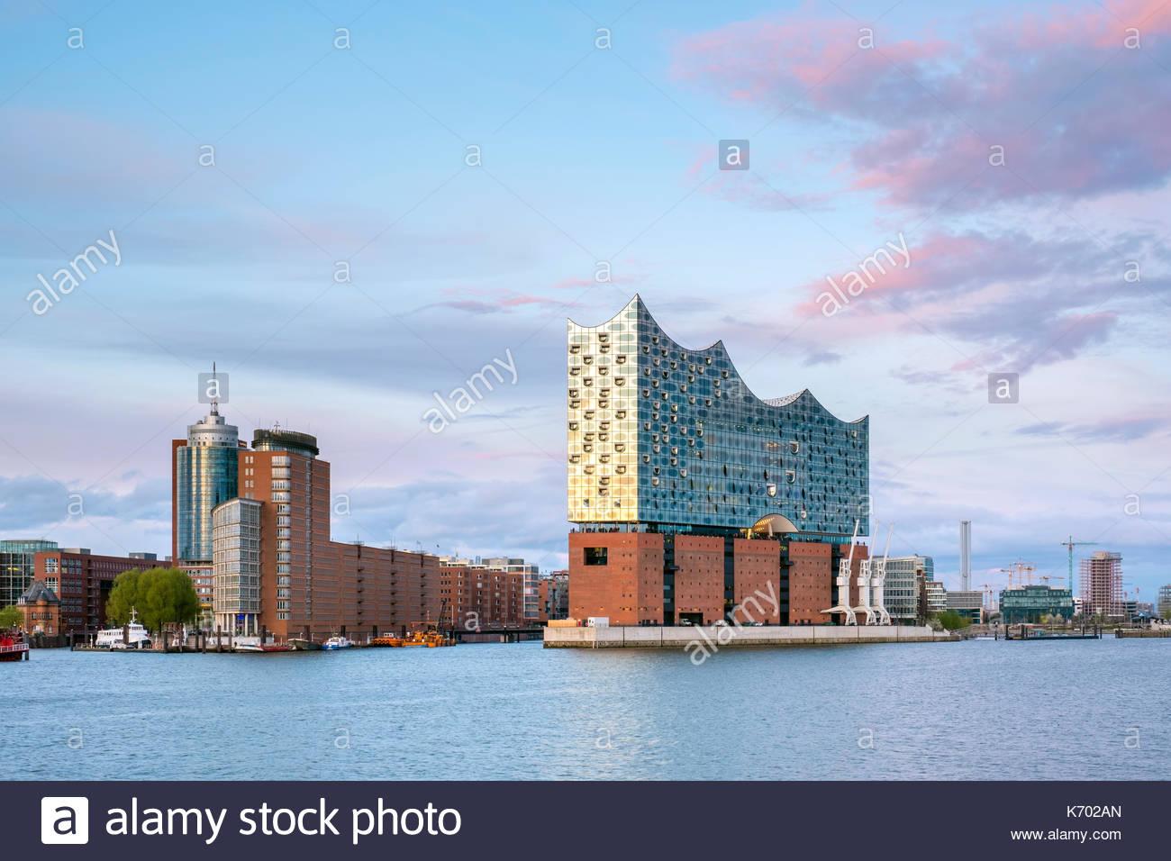 L'Allemagne, Hambourg. Elbphilharmonie (Elbe Philharmonic Hall) concert hall, sur l'Elbe et bâtiments de la HafenCity Banque D'Images