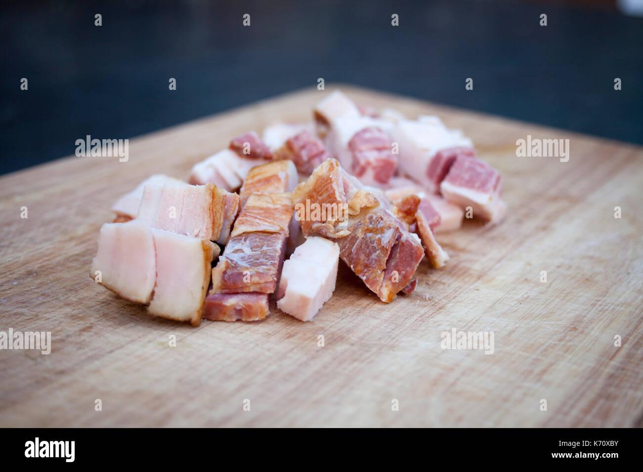 La bacon frais sur la planche à découper en bois Photo Stock