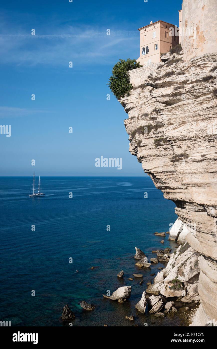 Maisons sur falaise abrupte avec dépassement à Bonifacio, corse, france Photo Stock
