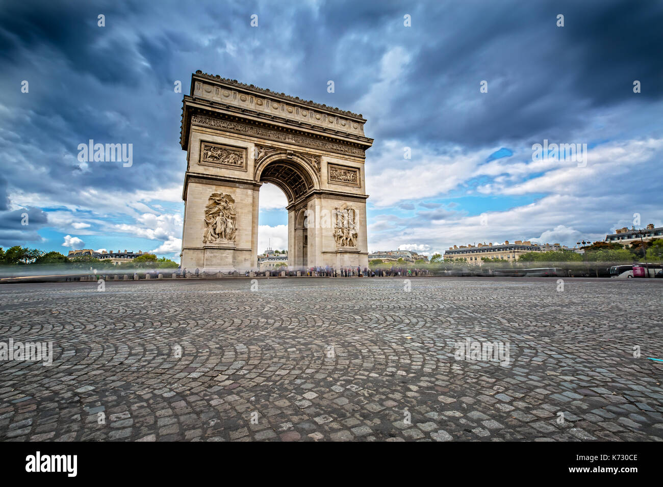 Des nuages sombres venant sur l'Arc de Triomphe à Paris, France Photo Stock