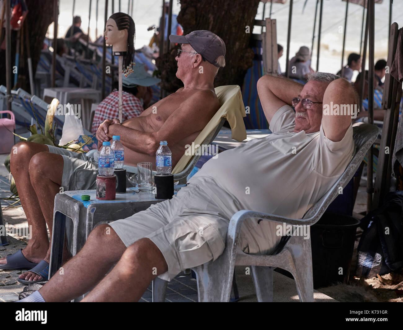 Portrait hommes relaxant à l'extérieur à l'ombre à Pattaya, Thaïlande Asie du sud-est. Ex-pat retraités. Photo Stock