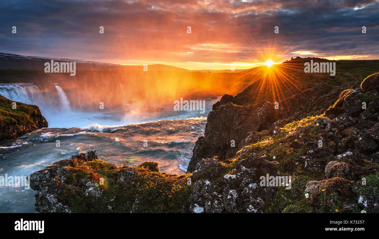Cascade godafoss au coucher du soleil. paysage fantastique. beau cumulus. Photo Stock