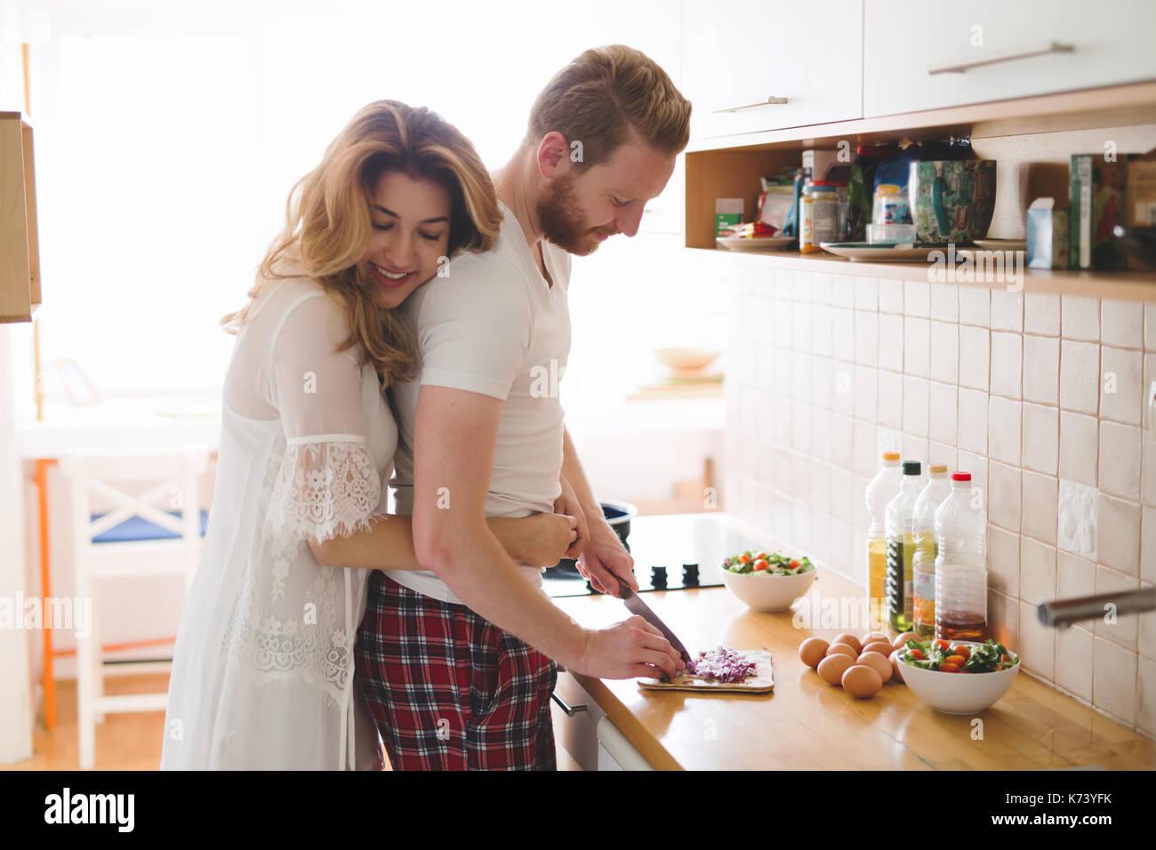Couple romantique speding de temps ensemble dans la cuisine Photo Stock