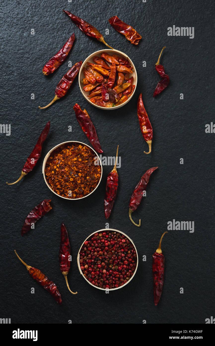 Frais généraux de piment rouge séché et piment rouge broyé dans un bol Photo Stock