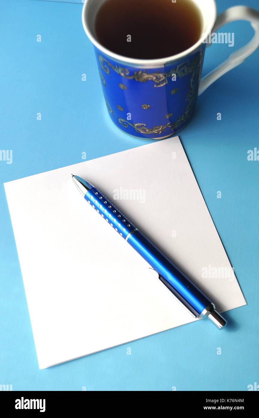 Tasse De Porcelaine Bleu Avec Crayons Bleu Livre Ouvert Et