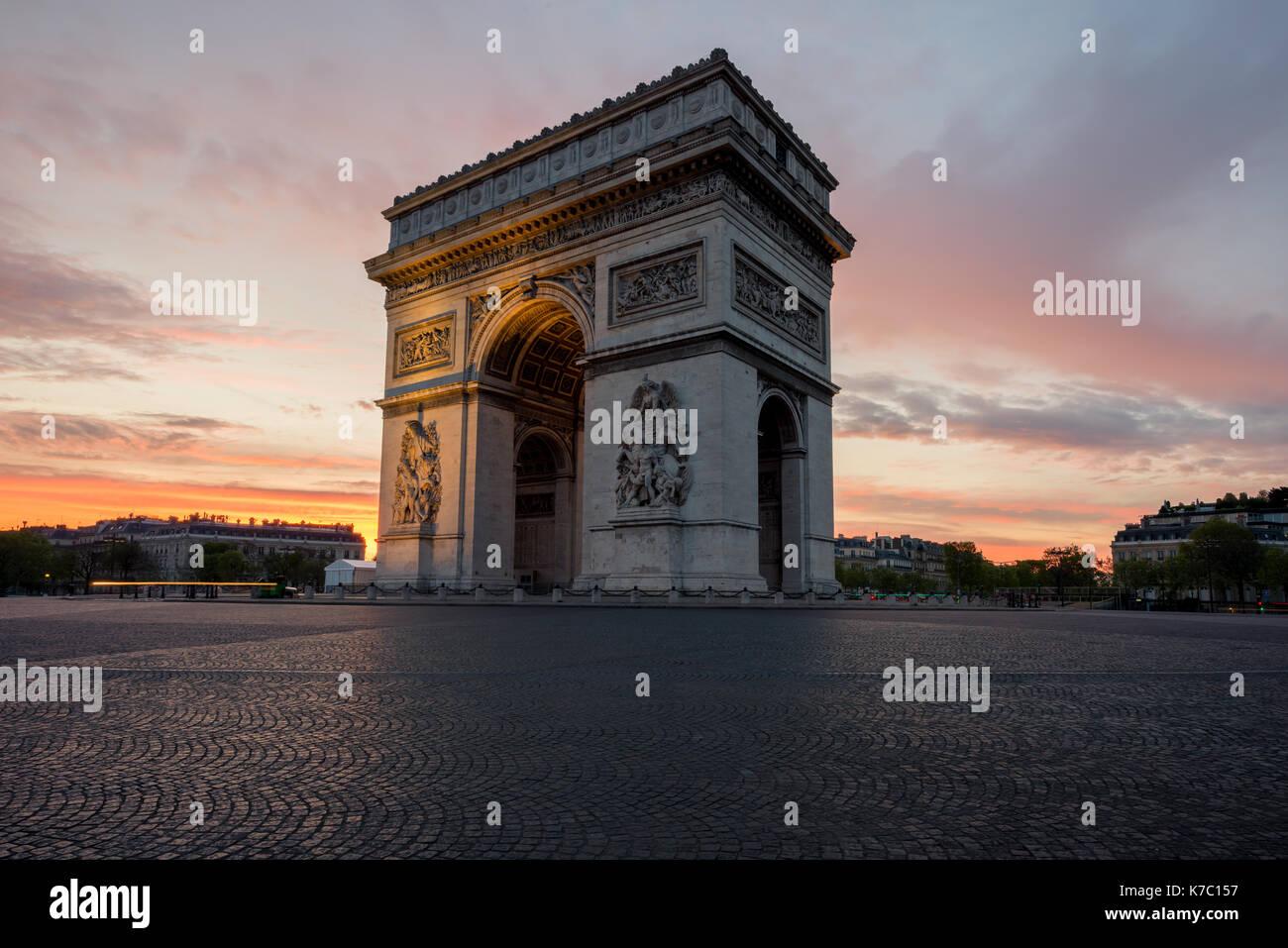 Arc de Triomphe et des champs elysées, les points de repère dans le centre de Paris, au coucher du soleil. Paris, France Photo Stock
