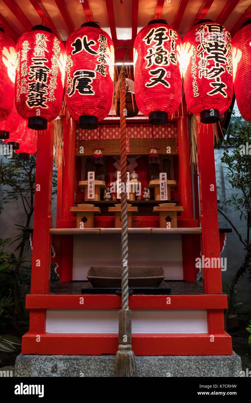 Kyoto, Japon - 16 mai 2017: petit sanctuaire shinto près de la route au crépuscule avec des lanternes en papier et d'une bell Photo Stock