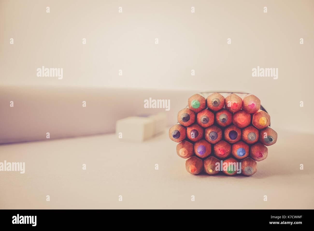 Bande de crayon de couleur sur le tableau retor effet tone Photo Stock
