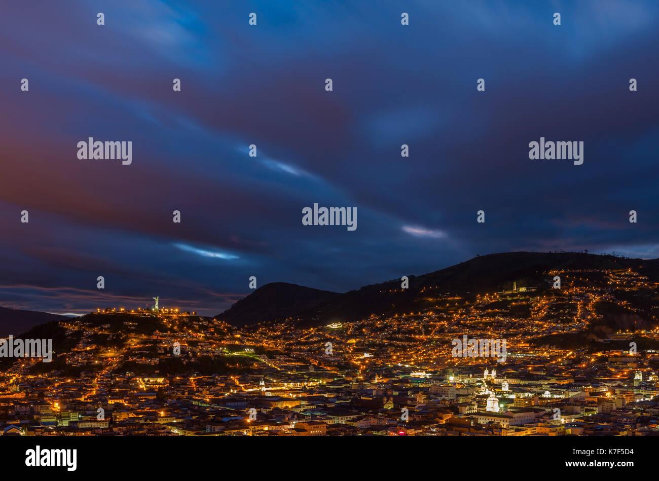 Paysage urbain de Quito avec son centre-ville historique éclairé au cours de l'heure bleue, de l'Équateur. Banque D'Images