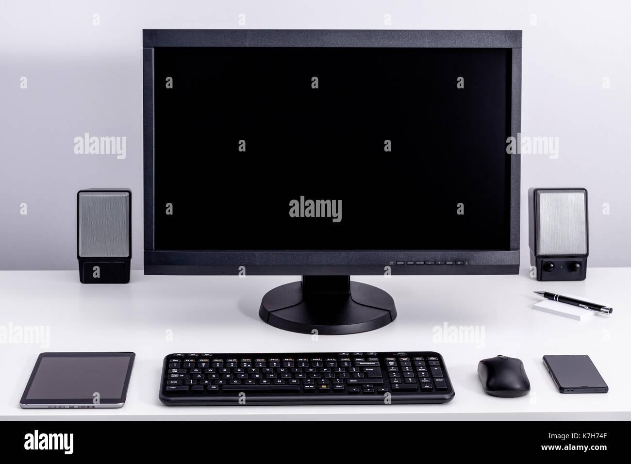 Noir blanc sur un écran de pc de bureau en milieu de travail