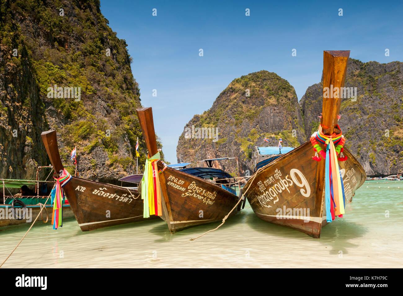 Bateaux à longue queue dans la baie de maya, les îles Phi Phi, en Thaïlande. Photo Stock