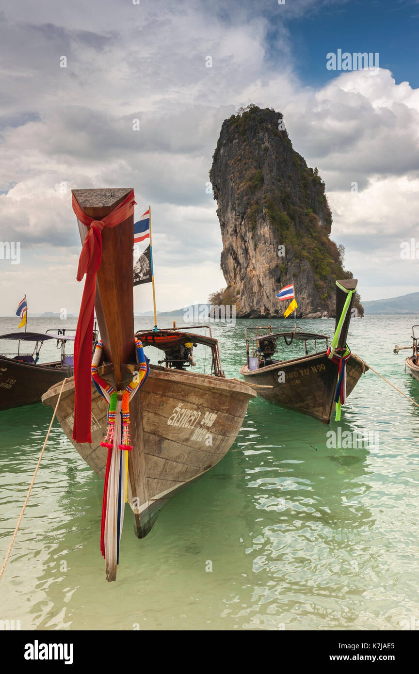 Bateaux à longue queue en face de roches calcaires, Thaïlande Photo Stock