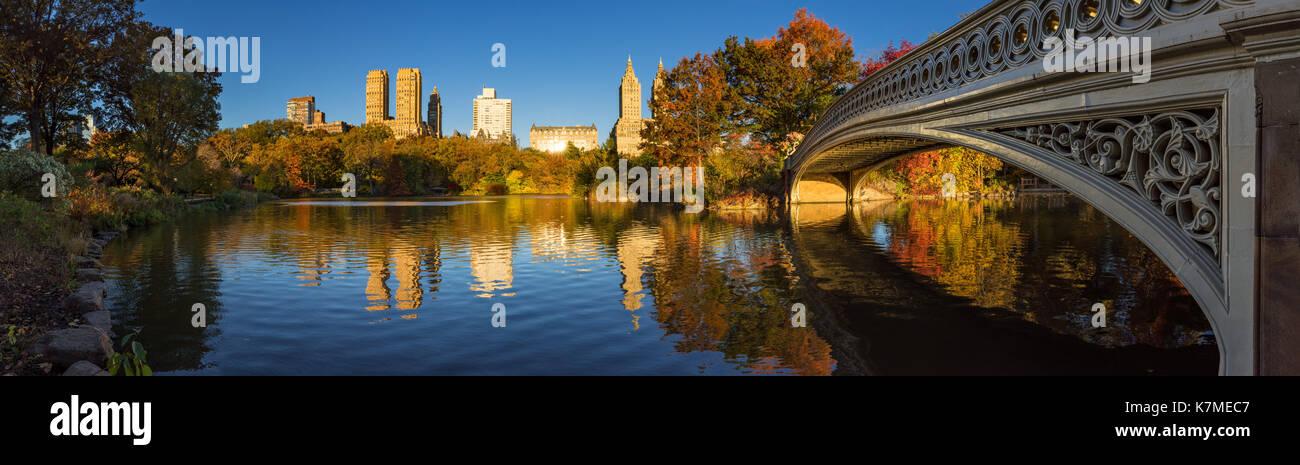Automne dans Central Park avec le pont et le lac Bow, New York City Banque D'Images