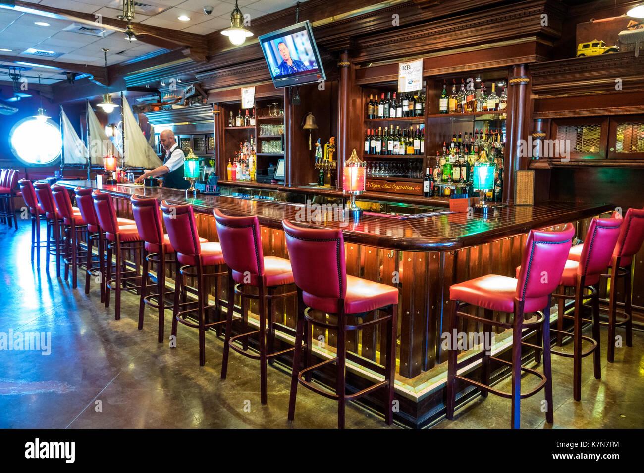 Charleston en Caroline du Sud SC Mt. Agréable Shem Creek waterfront R.B.'s Seafood Restaurant coin bar à l'intérieur Photo Stock
