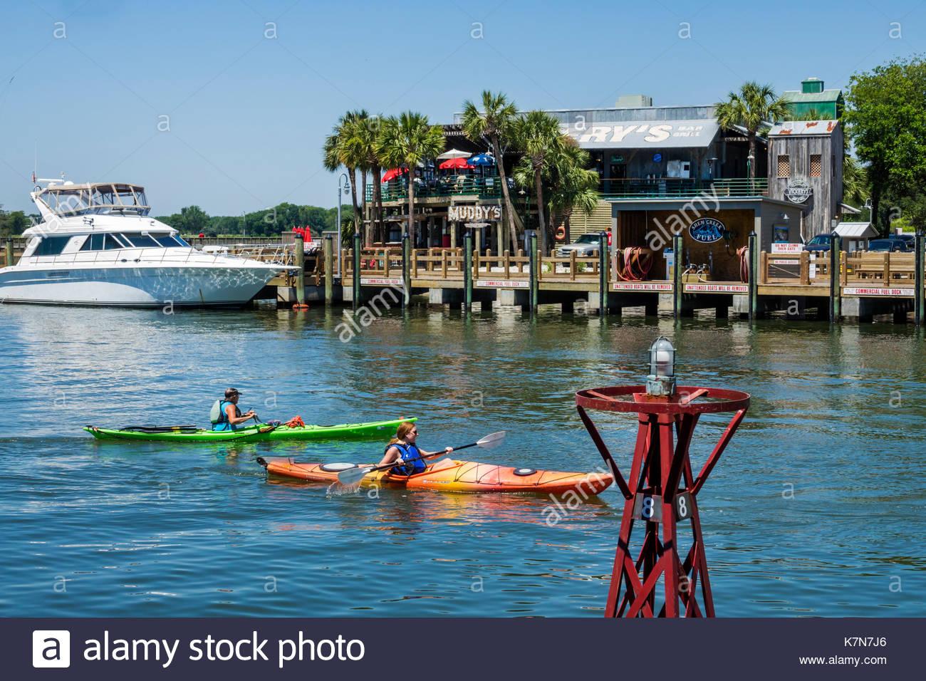 Caroline du Sud SC Mt. Agréable Shem Creek waterfront watersport kayak femme Muddy's restaurant Photo Stock
