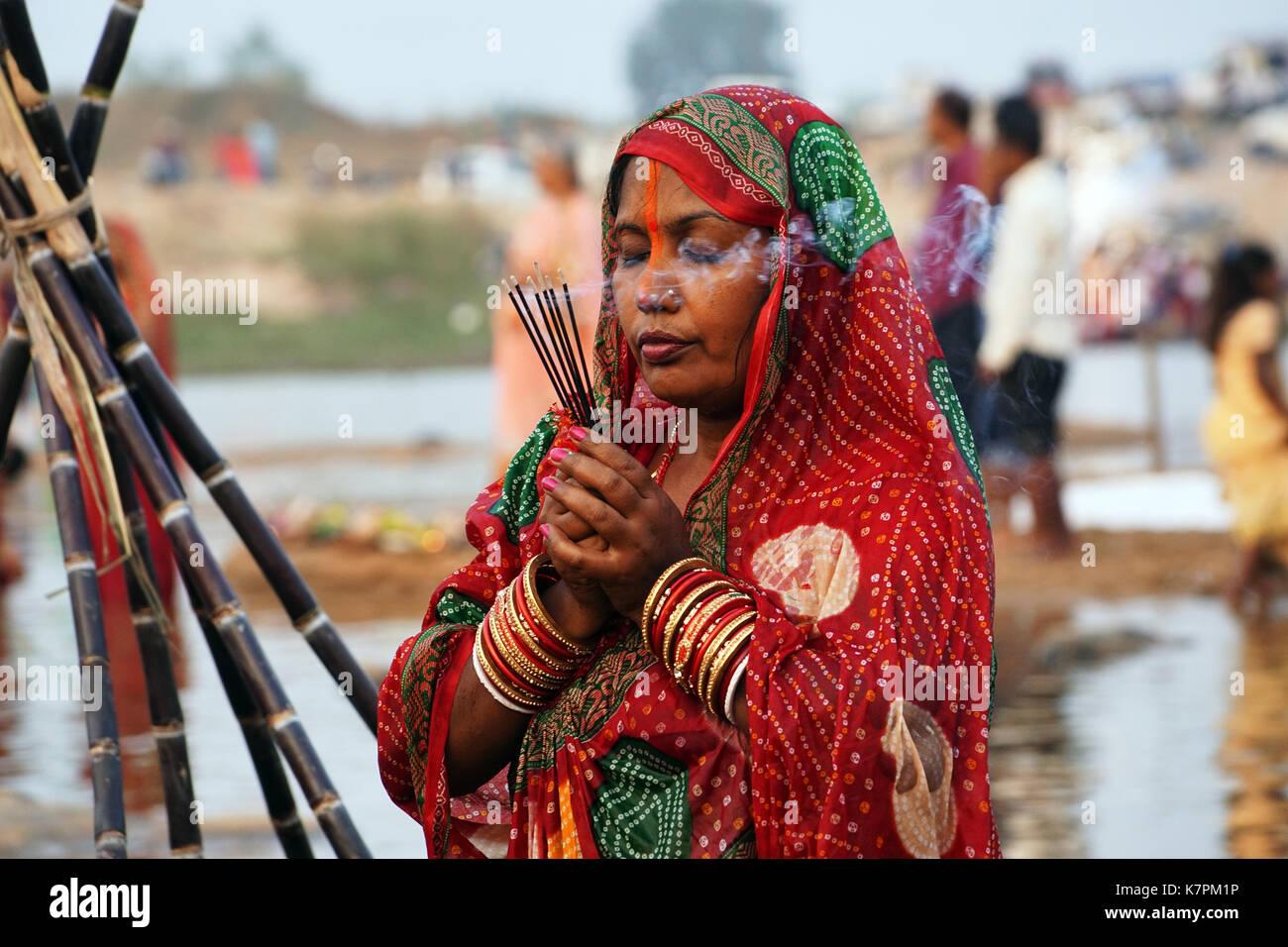 Les yeux fermés, un dévot adorant le dieu soleil à l'occasion de festival chhath ,l'Inde. Photo Stock
