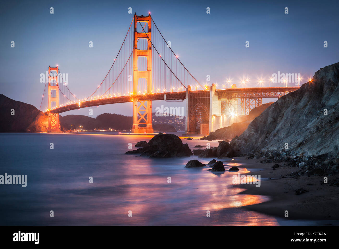 Le Golden Gate Bridge, San Francisco, allumé après le coucher du soleil. Photo Stock