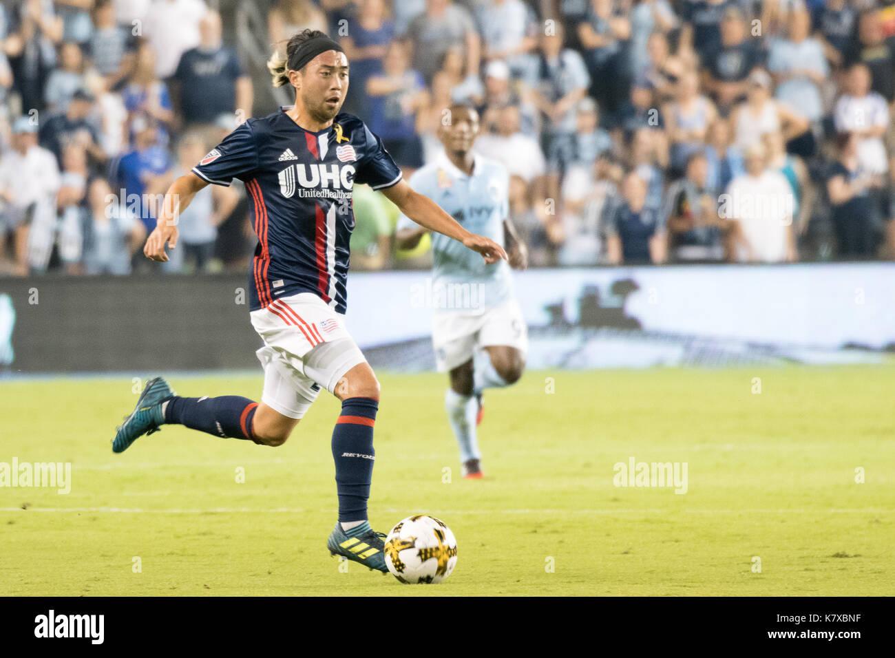 Lee Nguyen, New England Revolution soccer player est à la merci d'enfants Park Banque D'Images