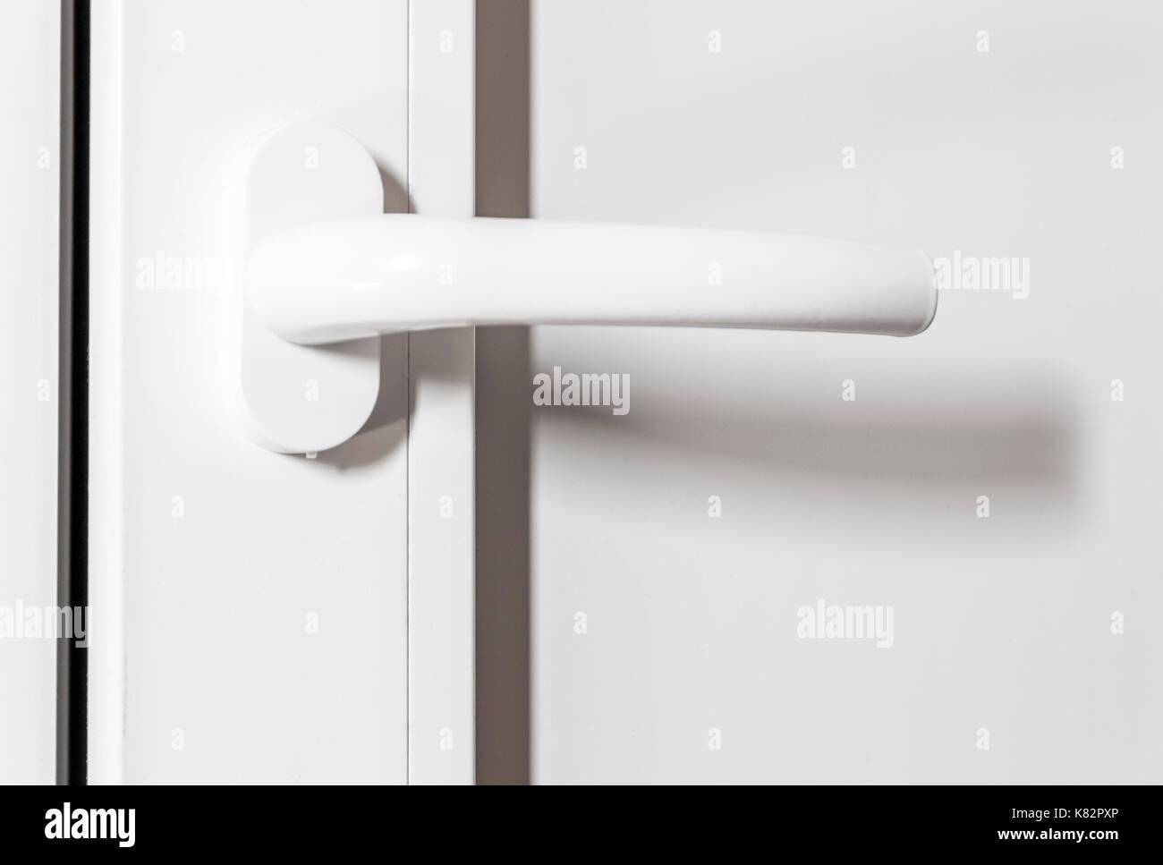 Poignee En Plastique Blanc D Une Porte Blanche Close Up Banque D