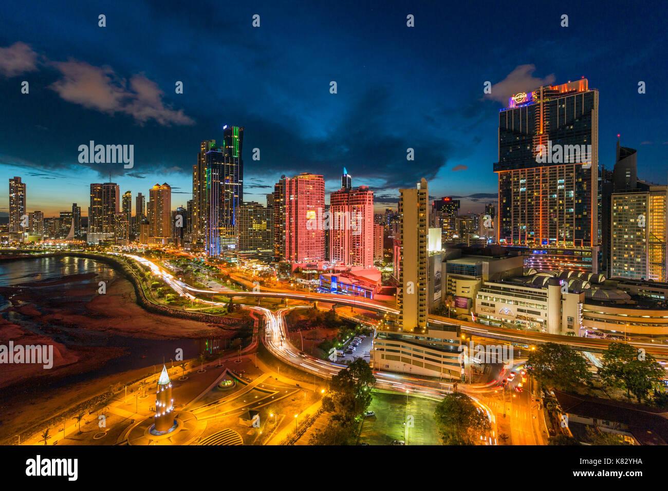 Ville illuminée au crépuscule, Panama, Panama, Amérique Centrale Banque D'Images