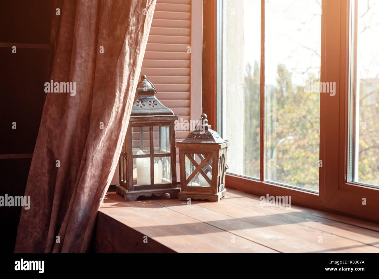 Bord De Fenetre Interieur appui de fenêtre avec des lanternes et des bougies. le