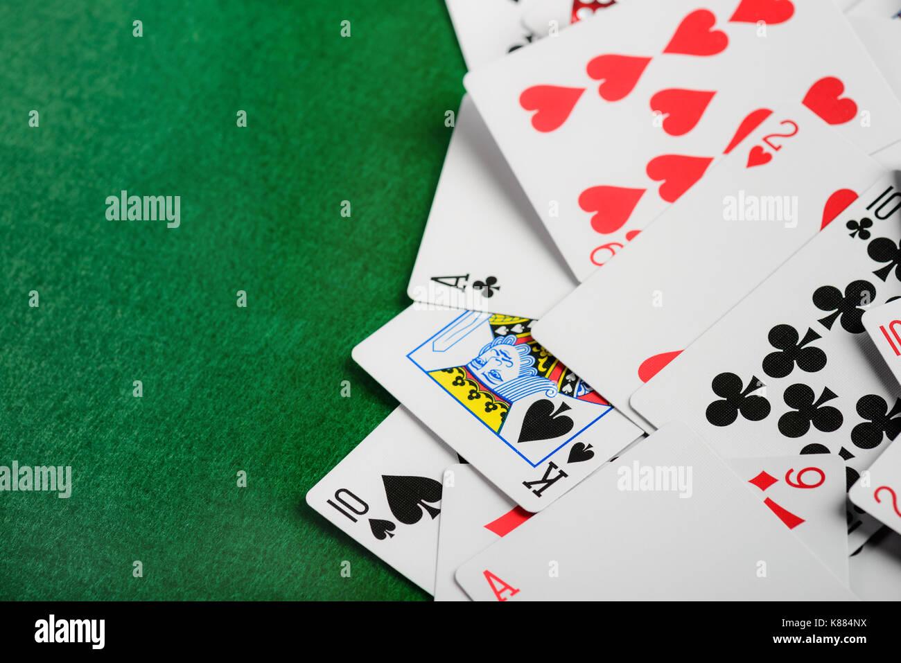 Cartes à Jouer casino sur feutre vert en arrière-plan Photo Stock