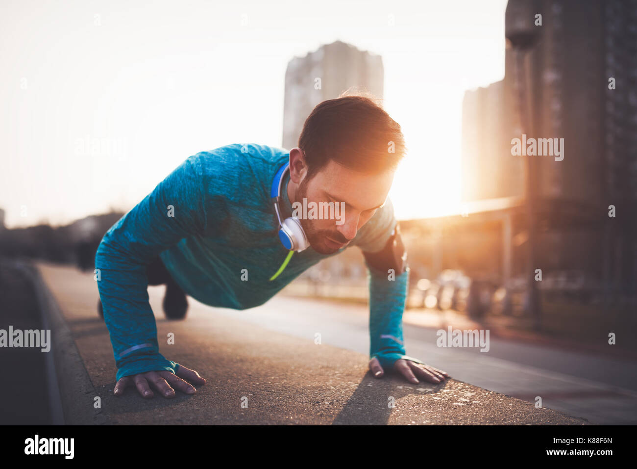 Bel homme entraînement urbain dans le coucher du soleil Photo Stock