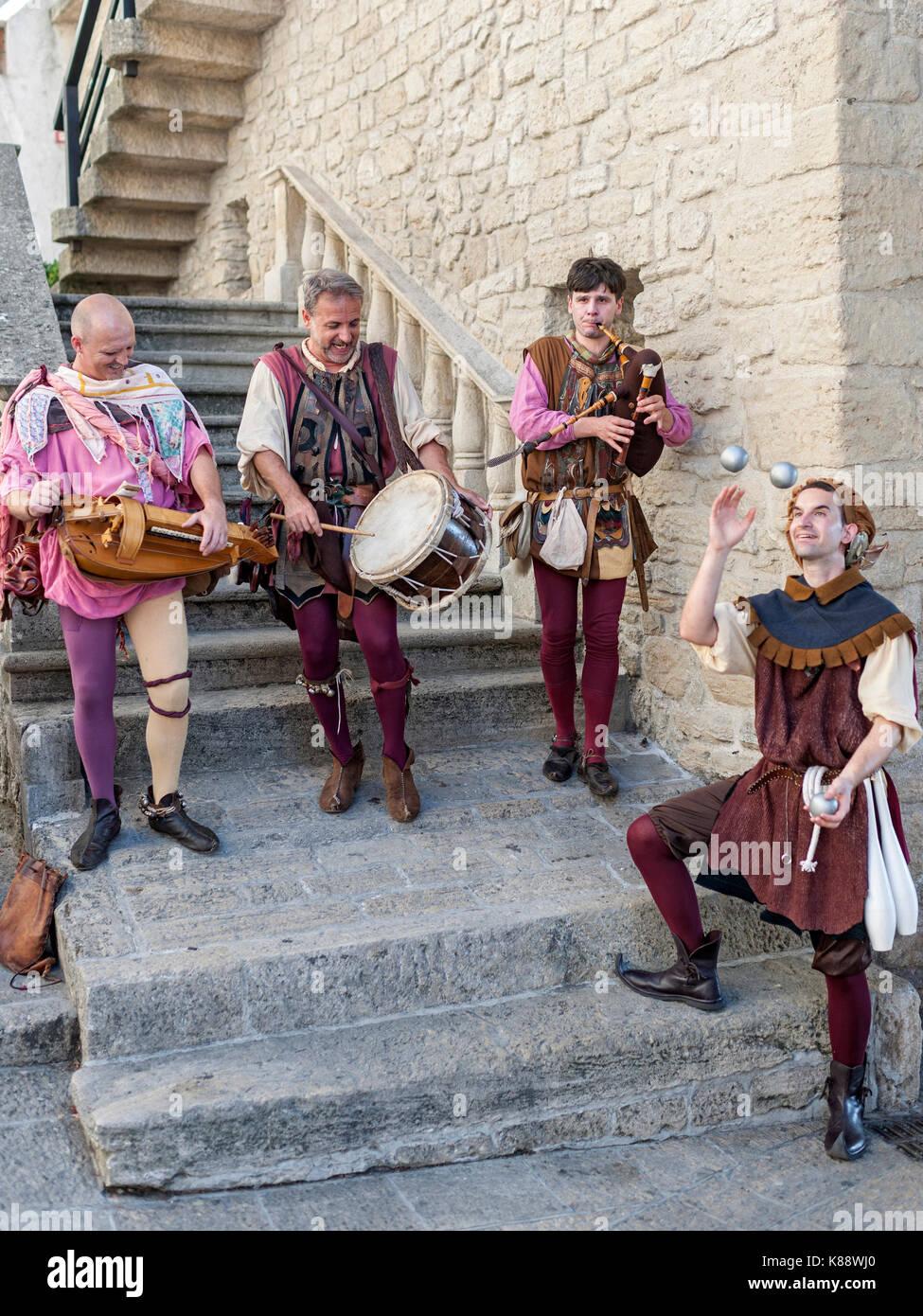 Marinis San habillés et d'effectuer dans des tenues pendant la période de Festival Médiéval annuel tenu à San Marino. Banque D'Images