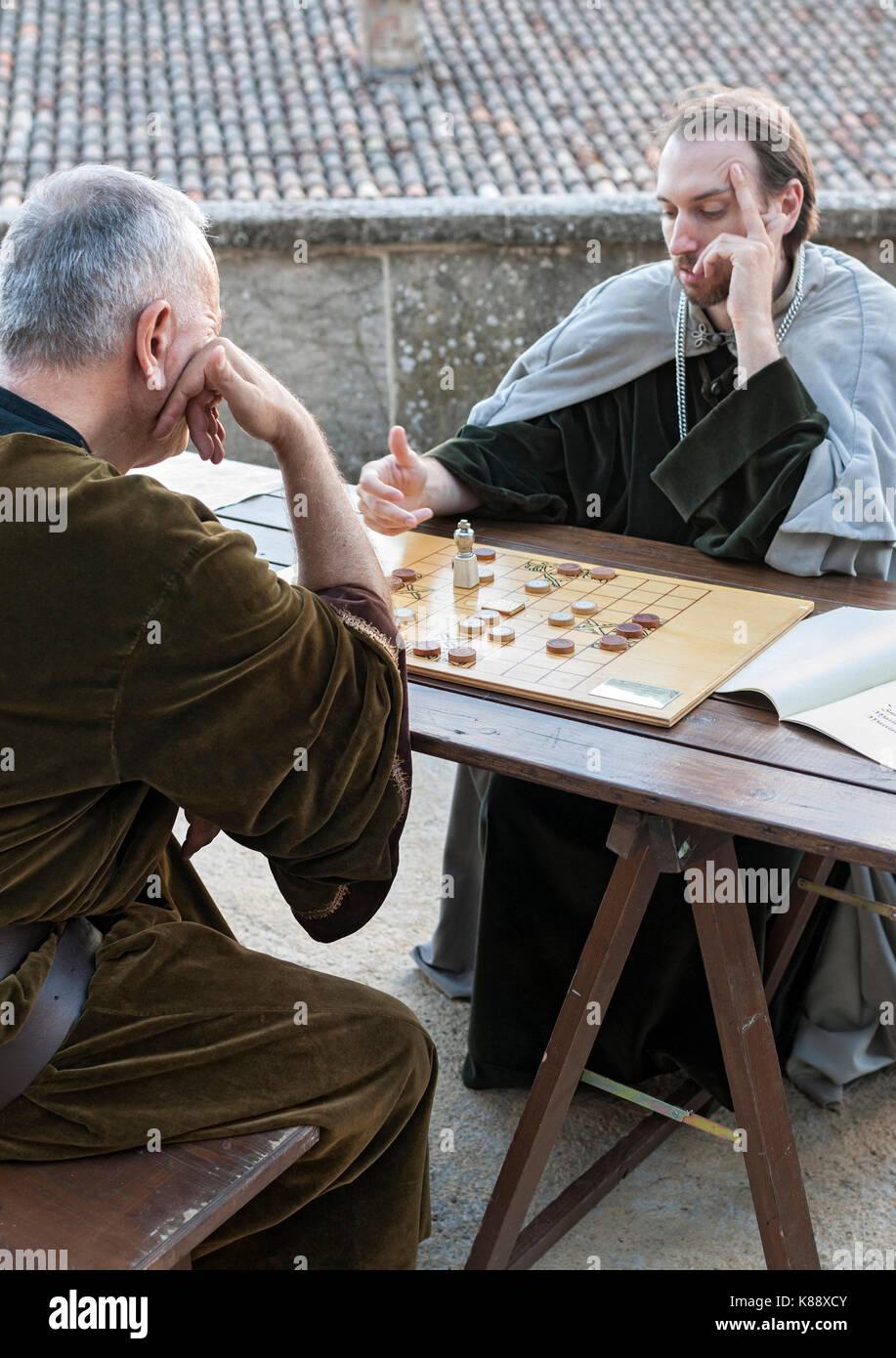 Deux hommes en costumes d'jouer à un jeu pendant le Festival Médiéval annuel tenu à San Marino. Banque D'Images