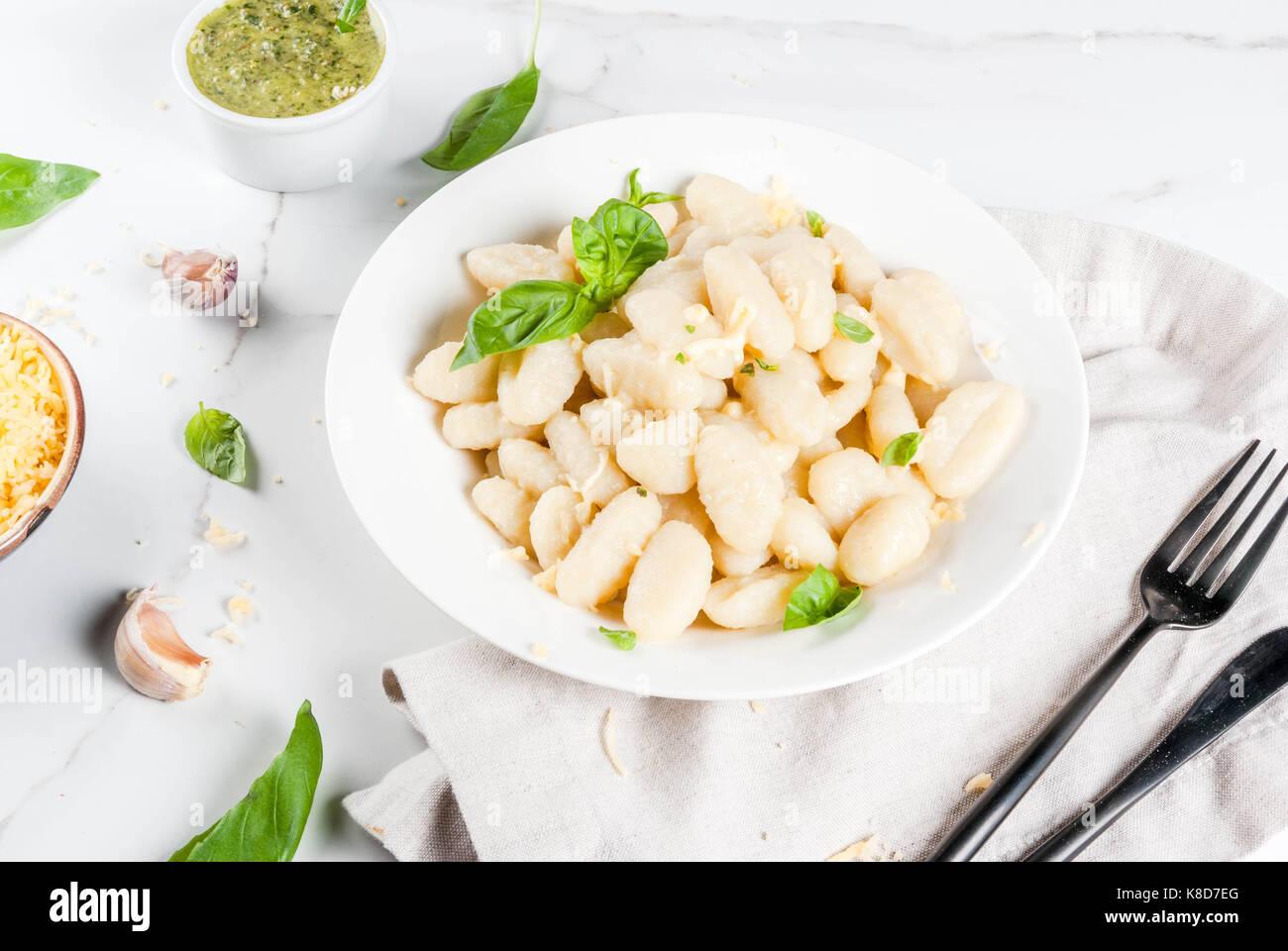 Recette de cuisine italienne, dîner végétalien sain avec gnocchi de pommes de terre. de parmesan Photo Stock