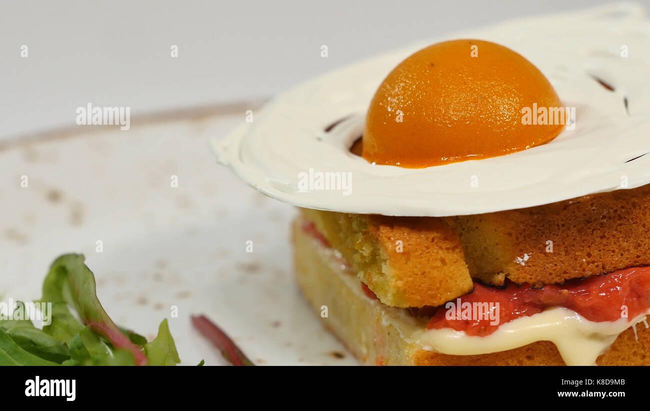 Gâteau éponge victoria avec straberries, confiture et crème fouettée avec une pièce sur Photo Stock