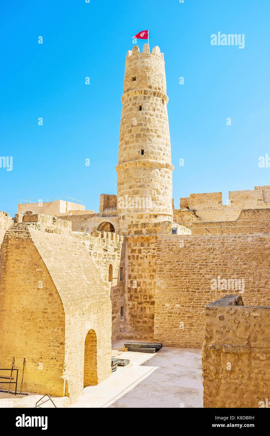 La promenade dans le labyrinthe de la vieille forteresse ribat structures avec une vue sur sa tour centrale, Monastir, Photo Stock