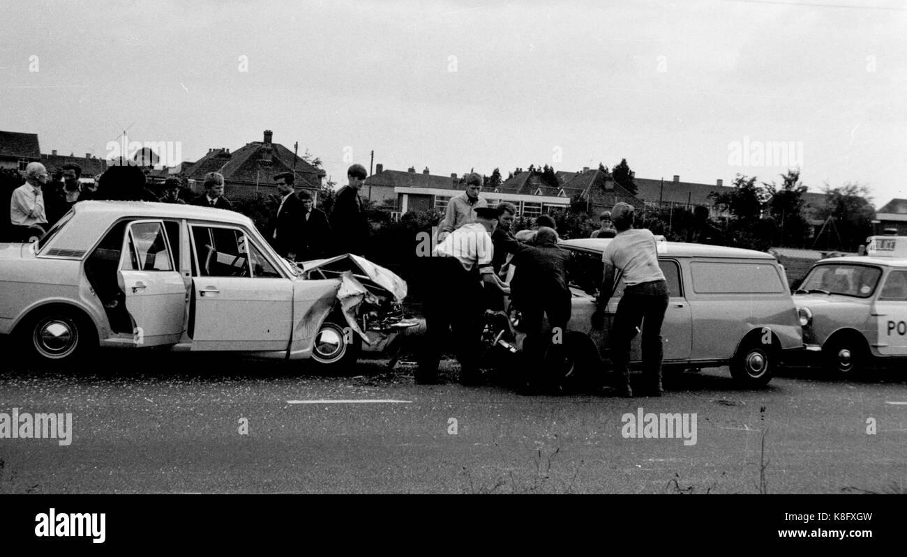 archive photos noir et blanc d 39 un accident de voiture entre une cortina et un mini van de 1960. Black Bedroom Furniture Sets. Home Design Ideas