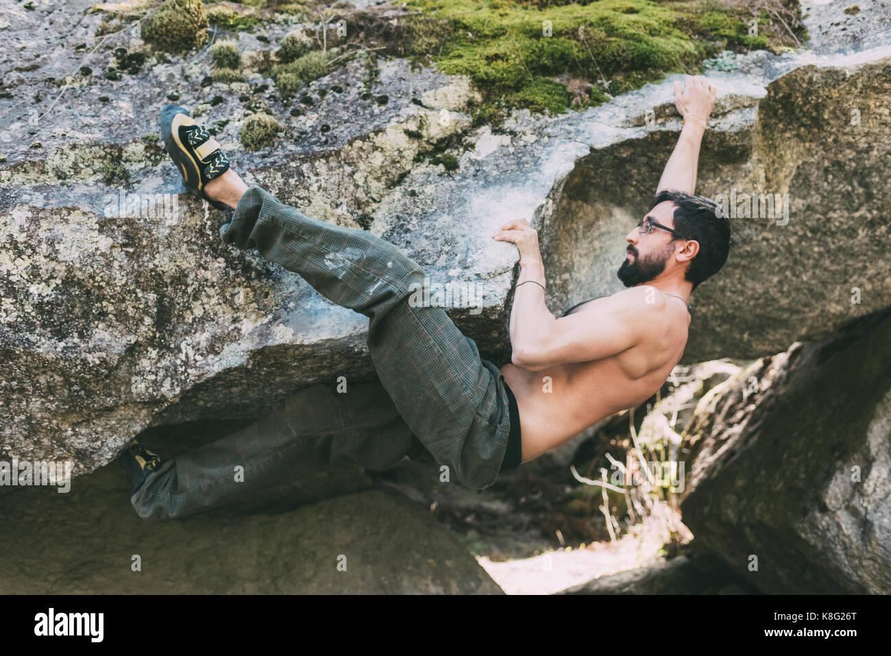 Torse nu homme boulderer-faux rocher d'escalade, Lombardie, Italie Photo Stock