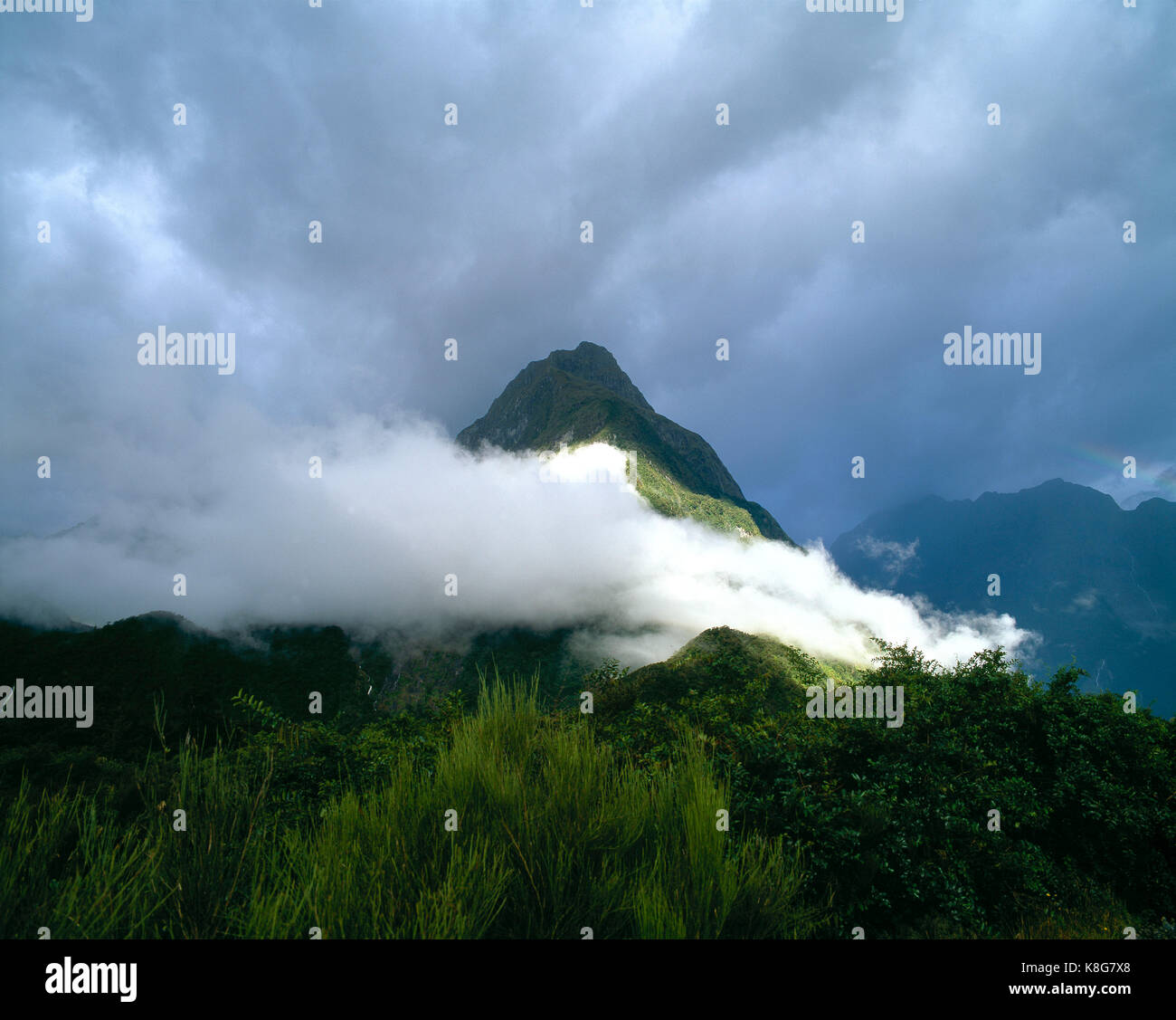 La Nouvelle-Zélande. Milford Sound. faible niveau nuage au-dessus de montagne. Photo Stock