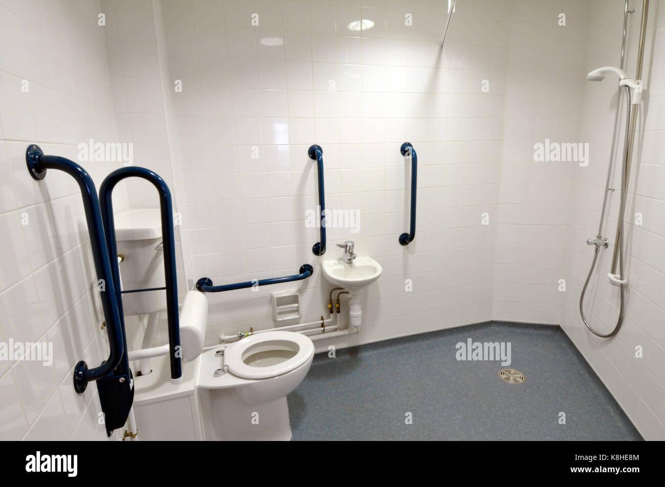 Toilettes et salles de lavage dans un immeuble de bureaux modernes