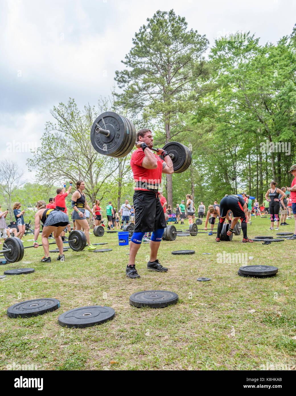 L'homme la levée de poids au cours de la lutte contre la concurrence sur la coosa qui est affilié Photo Stock