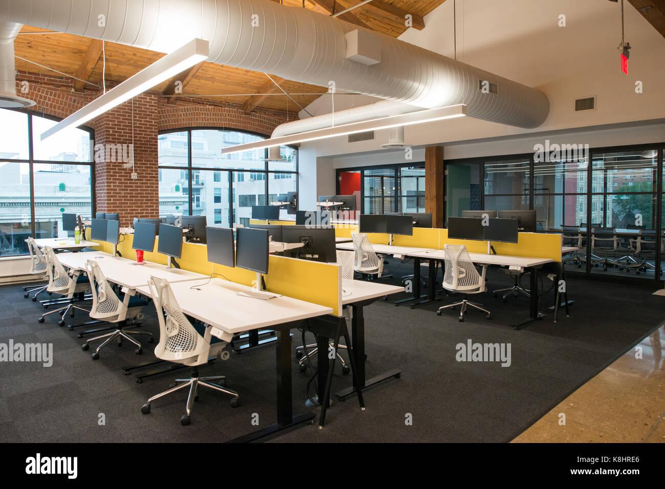 Concept ouvert, moderne, à la mode de l'espace bureau de style loft avec de grandes fenêtres, la lumière naturelle et une mise en page pour encourager la collaboration, la créativité et l'innovation Banque D'Images