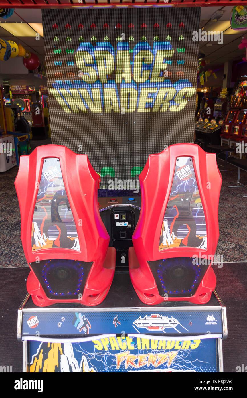 'Space Invaders' jeu vidéo rétro en salle de jeux électroniques, Pier Avenue, Clacton-on Photo Stock