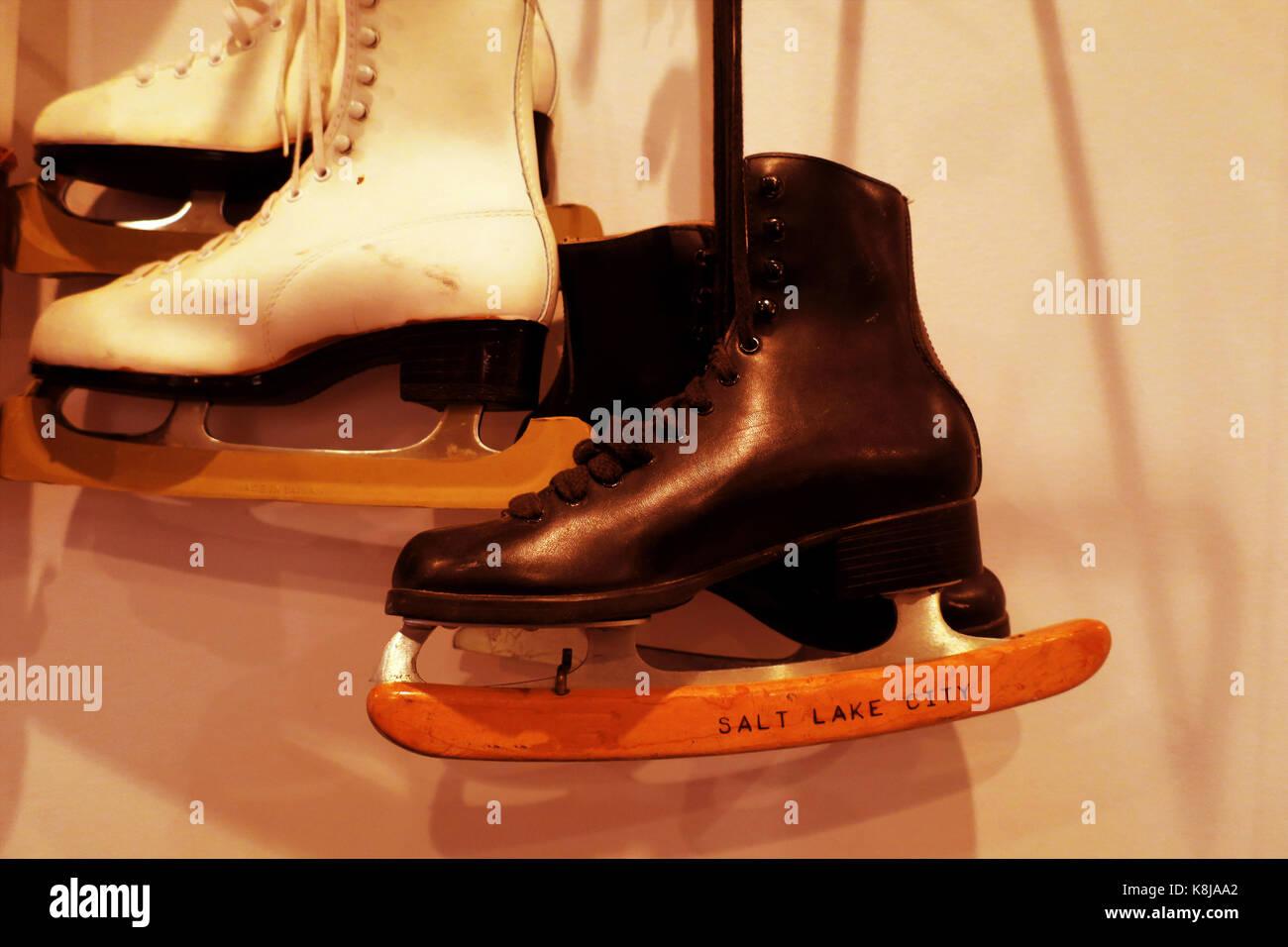 Deux paires de patins à glace à l'ancienne accroché au mur avec un effet. Photo Stock