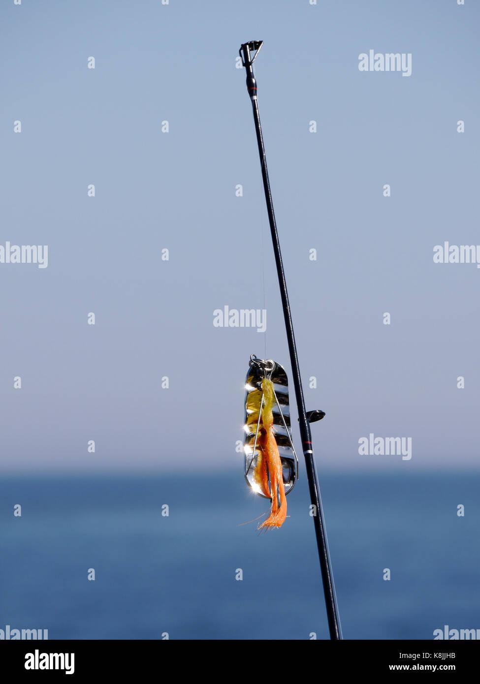 Canne à pêche avec lure, à l'extérieur de Räfsnäs, près de Gräddö. Rådmansö, dans l'archipel de Roslagen à Stockholm, en Suède. Banque D'Images