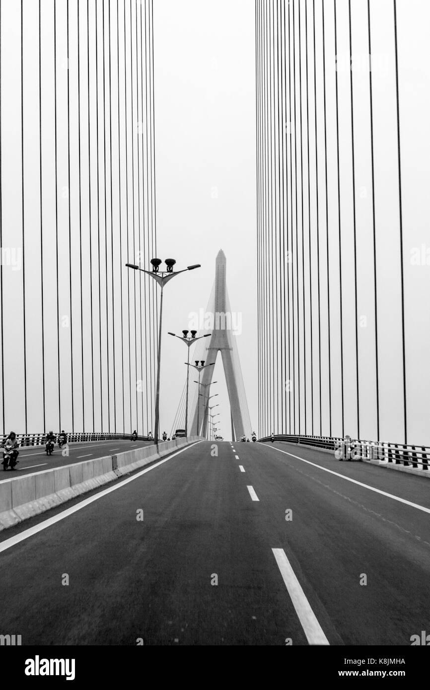 Image en noir et blanc de l'étonnant pont de Can Tho dans l'ensemble du fleuve hau Banque D'Images