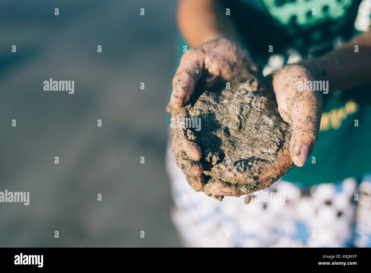 Enfants jouant avec des plages de sable fin.s'amuser en famille.Maison de concept. Photo Stock