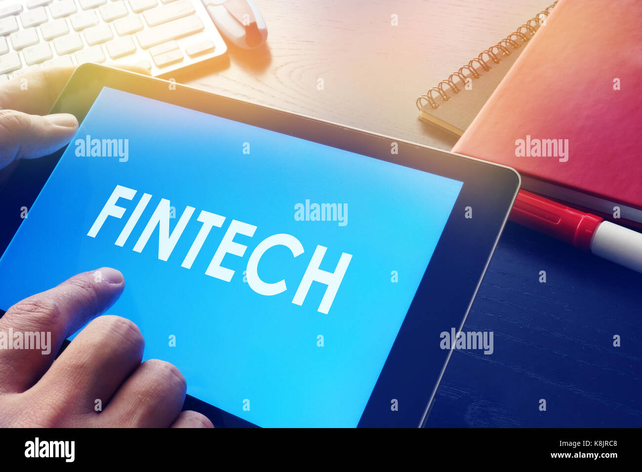 Businessman Reading à propos de la technologie financière fintech. concept. Photo Stock