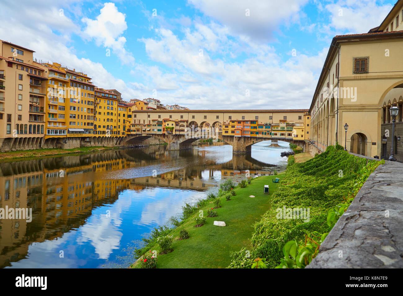 Le Ponte vecchio dans une journée ensoleillée d'été sans que les gens Photo Stock