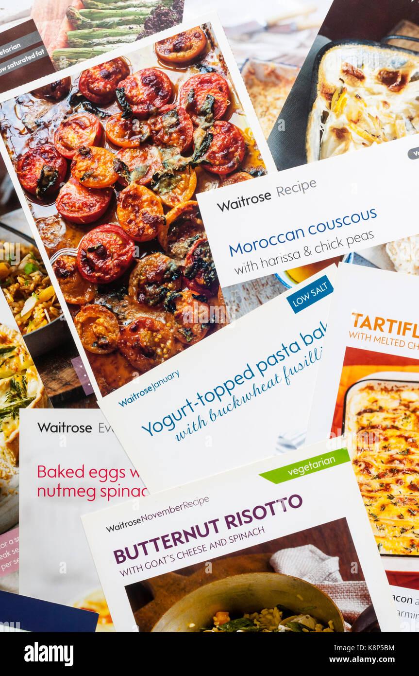 Une sélection de fiches de recettes donnés gratuitement par les supermarchés. Photo Stock
