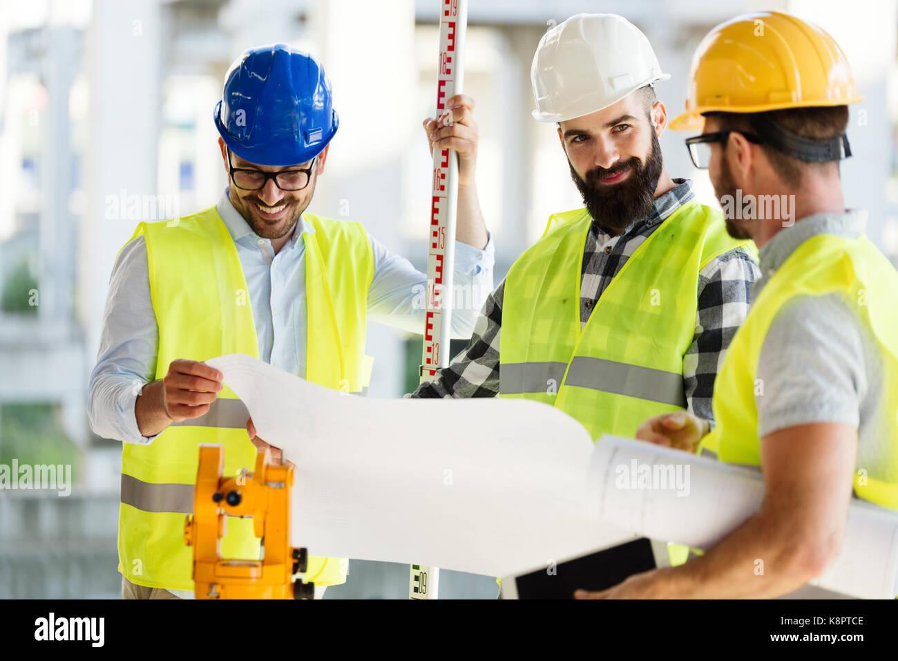 Portrait de la construction ingénieurs travaillant sur chantier Photo Stock
