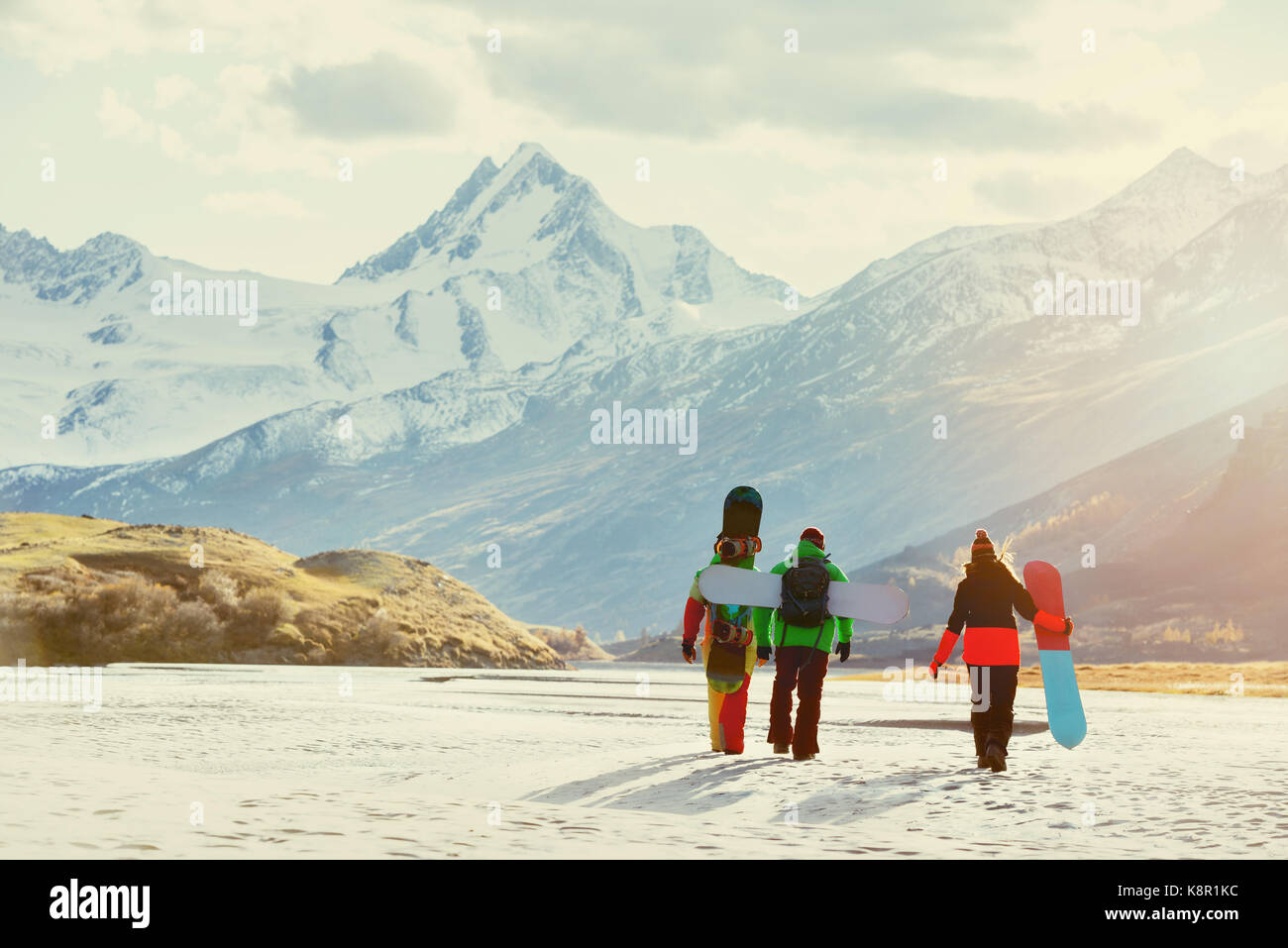 Amis snowboarder groupe ski concept Photo Stock