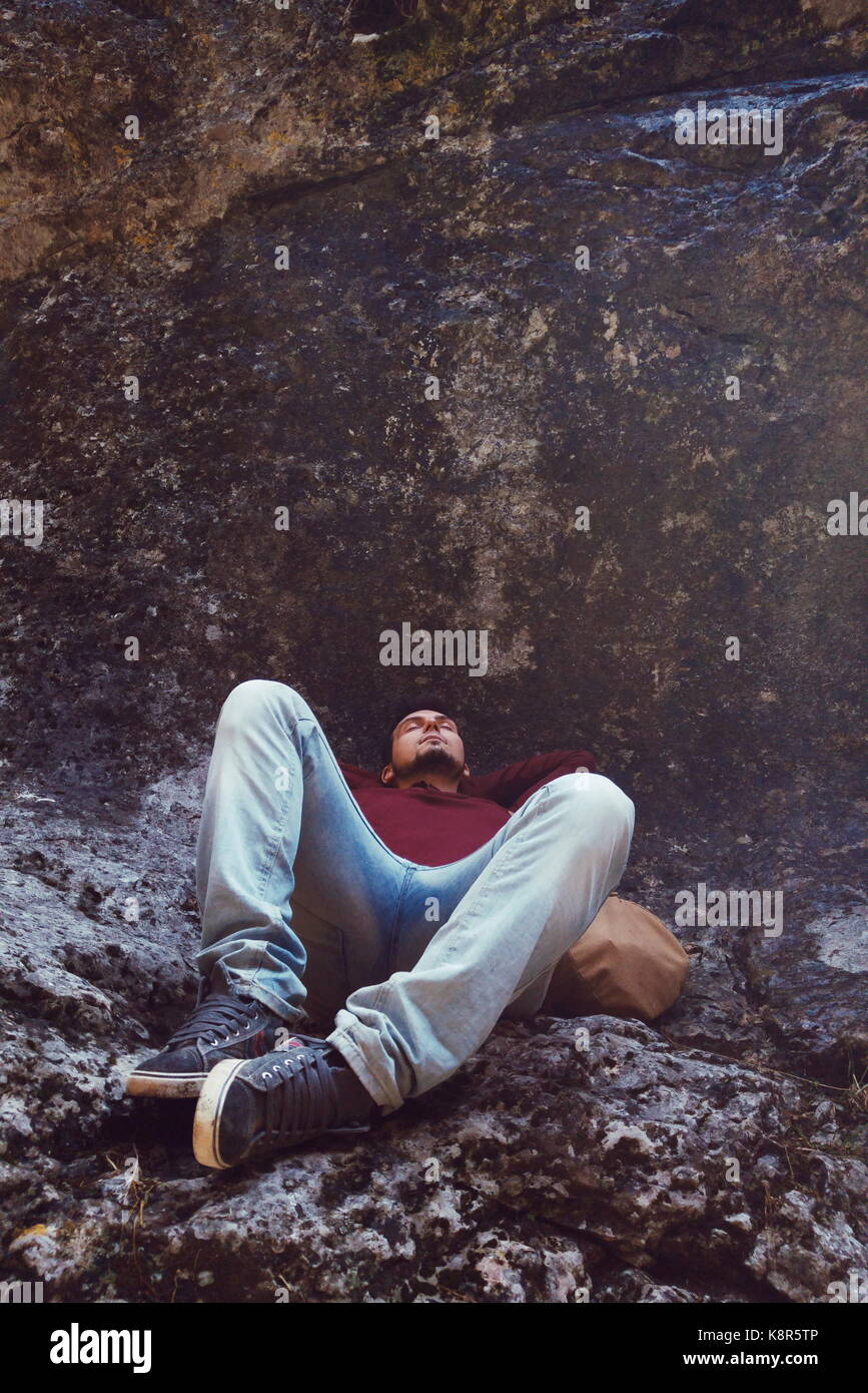 Jeune homme dormir dans une montagne Photo Stock