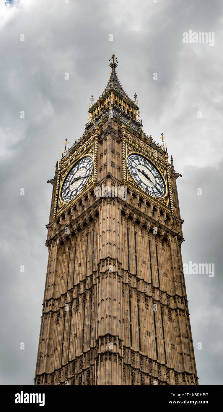 Bell Tower Big Ben en face d'un sombre ciel nuageux, Londres, Angleterre, Grande-Bretagne Photo Stock